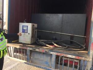 """贵港:货车内藏油罐变身""""移动加油站""""被查获"""