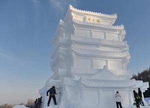 长春净月潭:百余雪雕打造梦幻雪世界