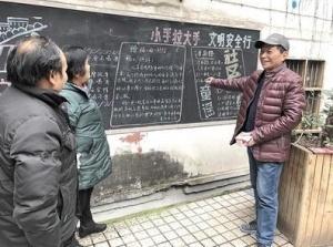 退休老师13年写下830期黑板报 有时一写就3小时