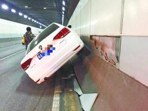 """长江隧道一轿车失控""""骑""""上墙 交通拥堵约40分钟"""