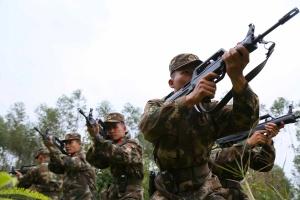 武警官兵携15公斤装备 深入山林武装奔袭(组图)