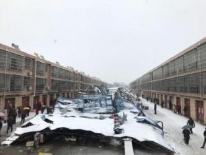 湖北省突降大雪压垮菜市场 警民携手救出13人(图)
