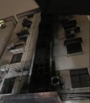 """上海宝山区呼玛一村某居民楼2楼近日向外""""喷火"""""""