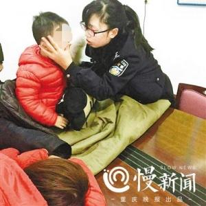 重庆民警不顾腿病跳入冰冷刺骨江水中救起母子3人