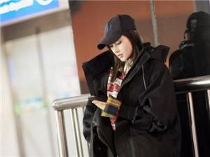 张天爱时尚冬装 帅气风现身机场