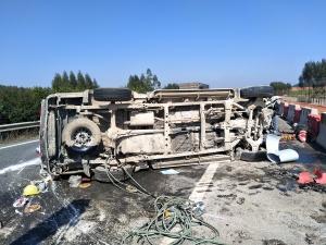 泉南高速公路一皮卡车失控侧翻致三人受伤(组图)