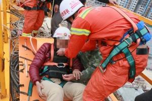 大化:受伤工人被困40米高塔吊 消防出动救援(图)