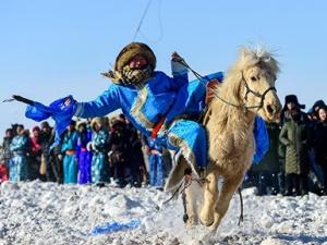 高清组图:银色冰雪那达慕 展示草原马文化