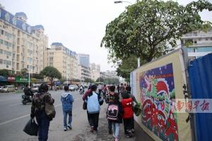 南宁园湖建政路口一工地超范围占用人行道施工