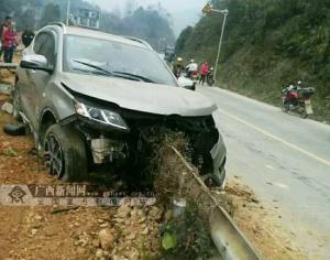 凤山:小车撞护栏造成三人受伤(图)