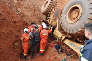 德保:推土机仰翻5米土坡 消防救出被困司机(图)