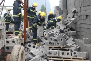 河池:砖厂砖堆突然倒塌 一工人被埋压身亡(组图)