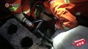 11岁女孩被困1吨重水泥管内2小时 消防紧急营救