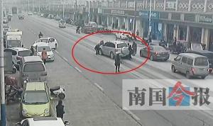 四岁男孩被卷车底十多名市民抬车救人 所幸无大碍