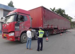 一重型货车超长超宽轮胎磨损严重被交警查获(图)