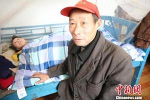 慈父照顾瘫痪女儿20年 每天步行10公里锻炼身体