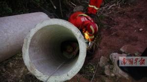 11岁女生被卡水泥管内 消防3套方案急救脱险(图)
