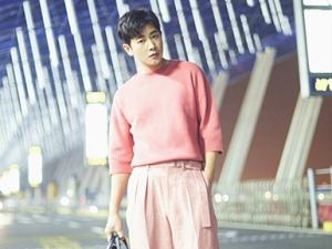 罗晋深夜出发巴黎 粉色短袖套装吸引众多目光