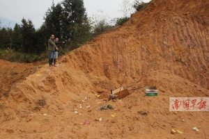 坟墓不在开放红线内却被铲平 当地政府介入协调