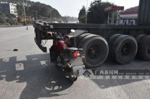 重型半挂牵引车倒车与两辆摩托车相撞 致一人受伤