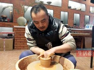 男子52岁转行制陶斩获多个奖项 作品有南宁特色