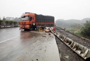 司机急刹车导致货车重心失衡 打滑失控撞护栏(图)
