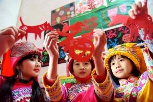 罗城:孩子开心学剪纸 快乐过假期(组图)