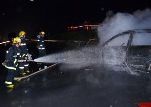 贺钟高速石龙路段两车碰撞起火 消防紧急扑救(图)