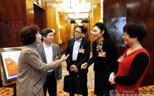 参加自治区两会的几位政协委员进行交流讨论