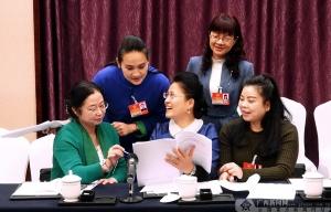 韦柳春委员(中)与几位文艺界委员进行热烈讨论