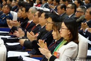 自治区政协十二届一次会议闭幕 委员们热烈鼓掌通过会议的各项决议