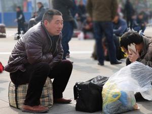 春运将至 聚焦重庆寒风中候车的赶路人