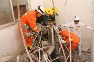 宜州:工人独自施工作业被埋压 消防迅速解救(图)