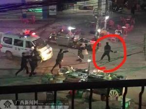 贵港平南一男子当街拿刀追砍群众 被警方制服