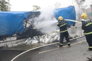 运白糖货车后轮着火 消防官兵十分钟扑灭火势(图)