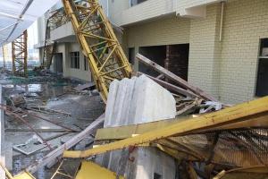 河池一楼盘吊塔垮塌 造成3人死亡1人受伤(组图)