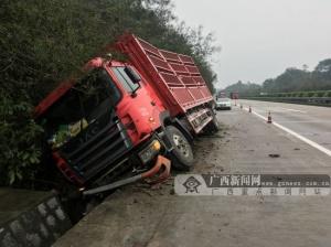 司机疲劳驾驶惹祸 货车侧翻进高速路排水沟(图)
