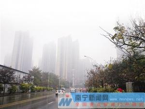 南宁昨日大雾引发橙色预警 雨水南撤湿冷继续驻扎