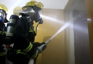 河池一小区发生火灾 消防疏散现场群众50人(图)