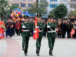 高清:融安县干部群众参加升国旗仪式迎接新春佳节