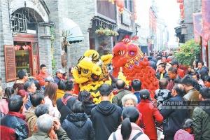 桂林市东西古巷民间艺人舞狮闹新春 吸引众多游客