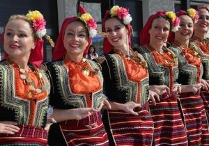 保加利亚小镇欢庆葡萄剪枝节
