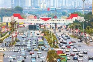 南宁民族大道东段出入城车辆现高峰 车辆通行缓慢