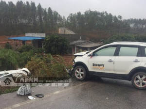 合浦:两车相撞一车栽入农田 3人严重受伤(图)