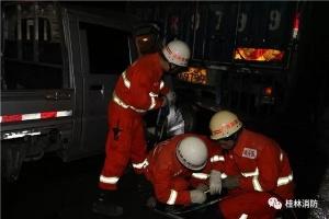 惊险!小车追尾致三人被困,桂林消防火速营救!