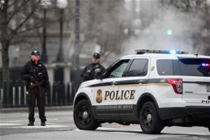一辆汽车撞击美国白宫安全栅栏