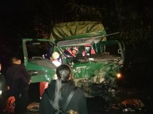 乐业发生货车与大巴车相撞事故 消防救出一人(图)