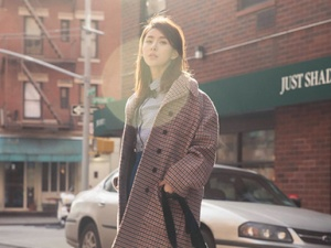贾青纽约街拍大片 简约干练洋溢早春活力
