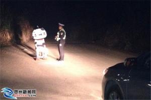 昭平大队夜查滥用远光灯 多名司机被警示教育(图)