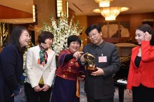 获得表彰的全国三八红旗手标兵、住桂全国政协委员杜丽群回到委员住地